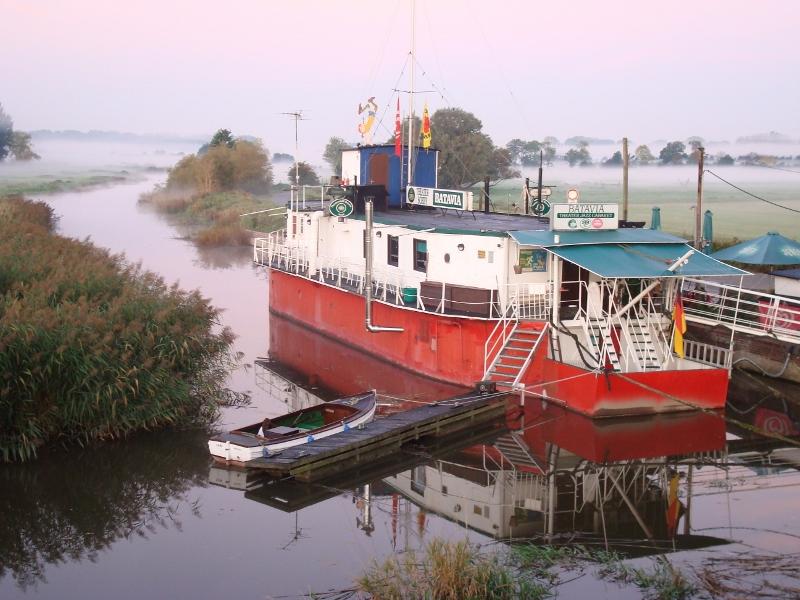Das Theaterschiff Batavia in der Morgendämmerung im Regionalpark Wedeler Au
