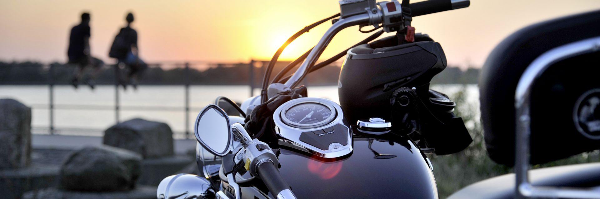 Motorrad an der Elbe
