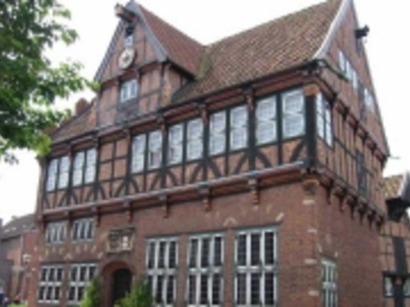 Das Bild zeigt die Vorderansicht des 1585 gebauten Alten Rathauses in Wilster.