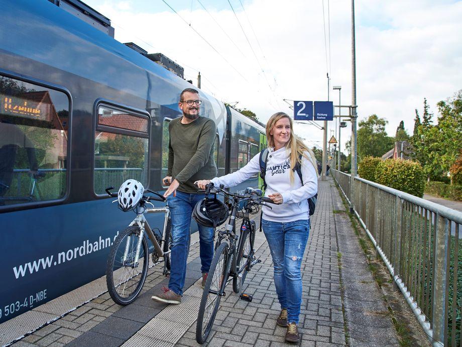 Fahrradfahrer am Bahnhof Kremperheide