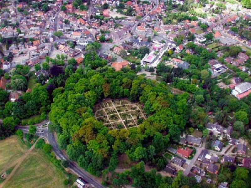 Innerhalb der Mauern der Bökelnburg befindet sich heute der Burger Friedhof.