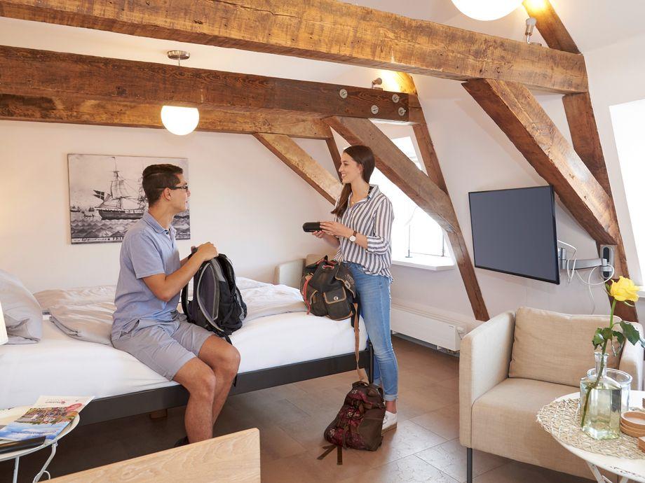 Junges Paar im Zimmer im Brückenhaus Glückstadt