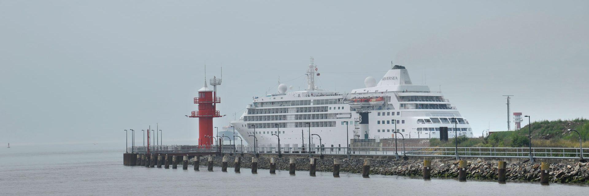 Kreuzfahrtschiff an der Schleuse