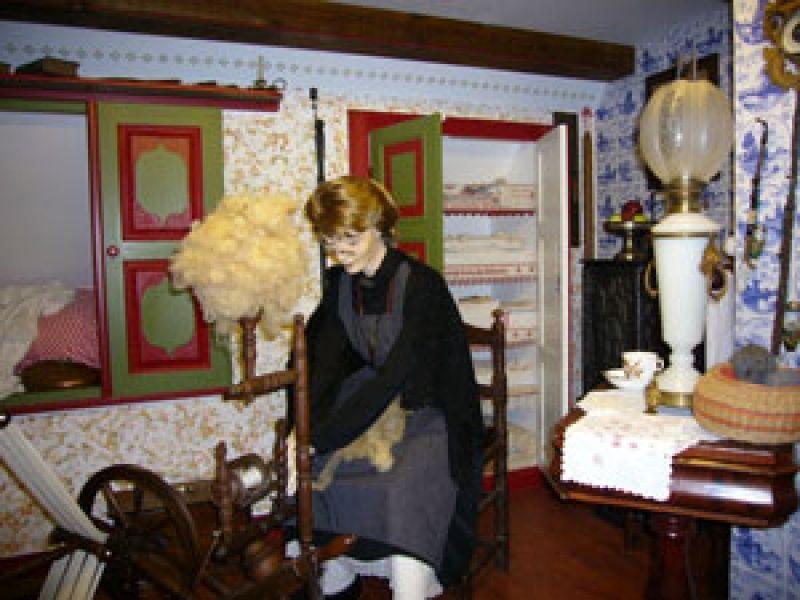 Das Museum zeigt Exponate des bäuerlichen und dörflichen Lebens und Arbeitens unter dem Reetdach des Niederdeutschen Fachhallenhauses