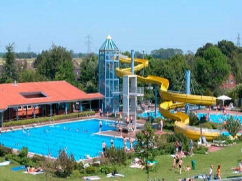 Das Erlebnisbad bietet ein vielfältiges Angebot an Becken und besitzt eine 100m lange Wasserrutsche.