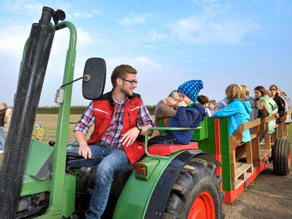 Gruppe von Kindern auf Treckergespann bei Hoffest