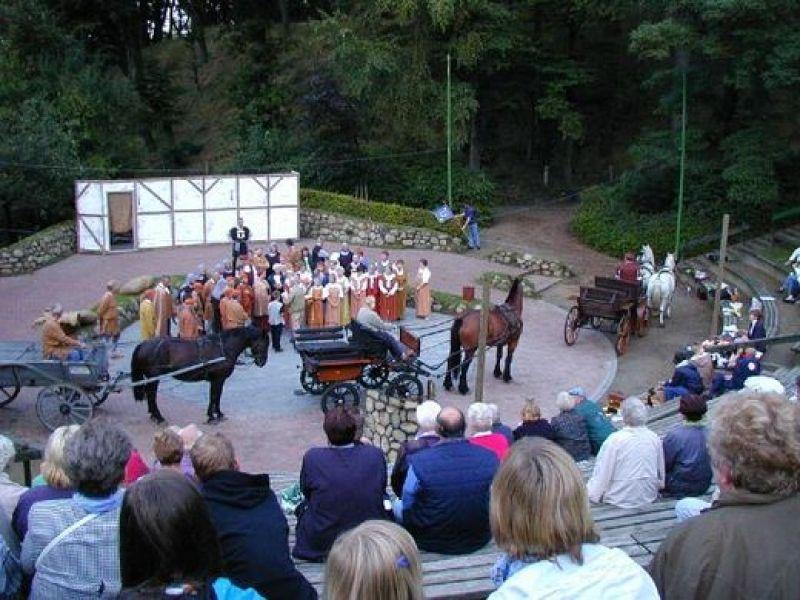 In den Sommermonaten finden an der Freilichtbühne in Burg verschiedene Veranstaltungen statt.