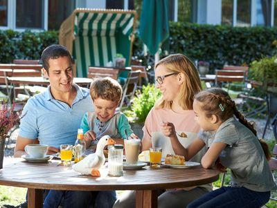 Familie bei Kaffee und Kuchen
