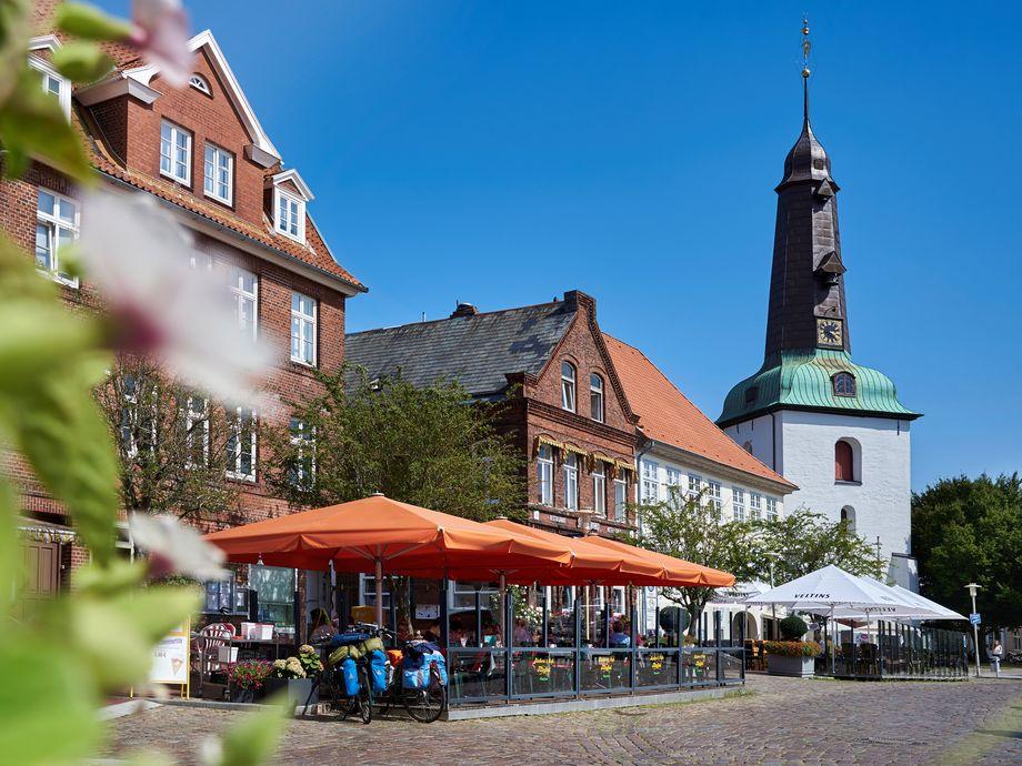Marktplatz mit Restaurant und Kirchturm