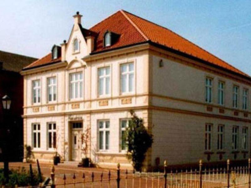 Das im Jahr 1990 im ehemaligen Rathaus eingerichtete Heimatmuseum zeigt die Geschichte des Ortes Brunsbüttel anhand historischer Karten, Pläne, Fotos und anderer Dokumente.