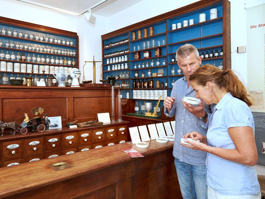 Ein Paar riechen an Gewürzen in einem Museum
