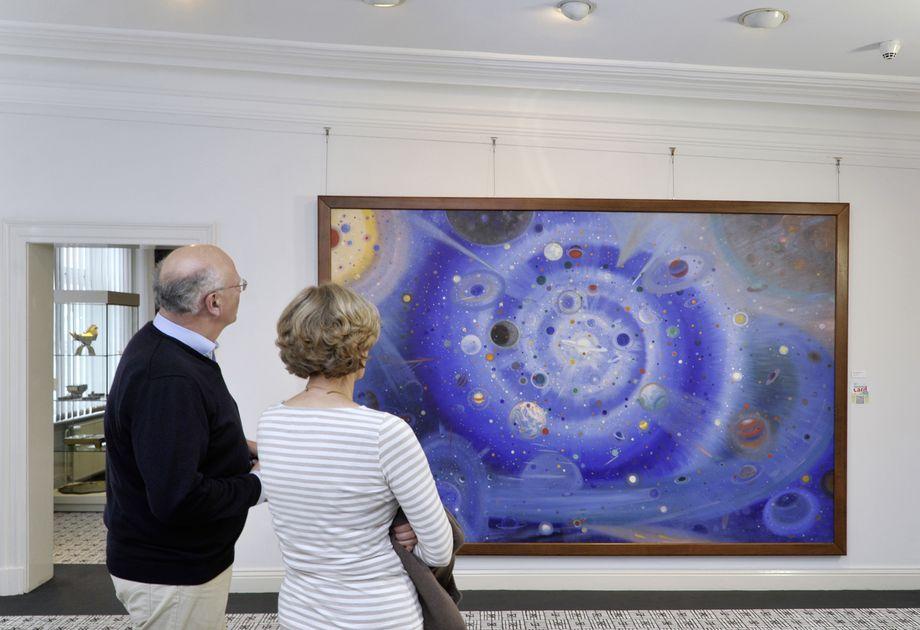 Zwei Besucher im Wenzel Hablik Museum Itzehoe
