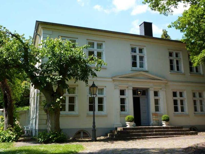 Das Museum Langes Tannen besteht neben einer wunderschönen Außenanlage aus Wald, Wiesen, Feldern, Parkanlagen, Teichen und aus einer denkmalgeschützten Gebäudegruppe.