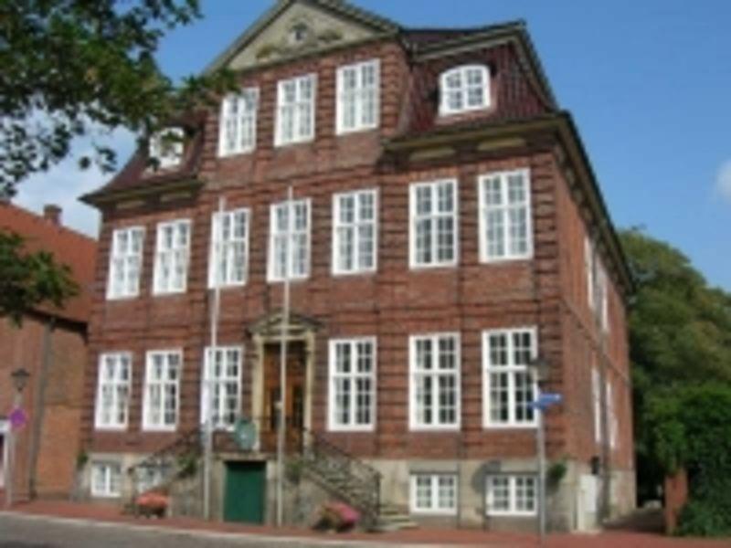 Das Bild zeigt die Straßenansicht des Neuen Rathaus in Wilster.