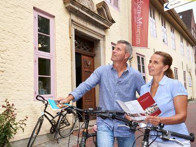 Mann und Frau mit Fahrrad und Broschüre