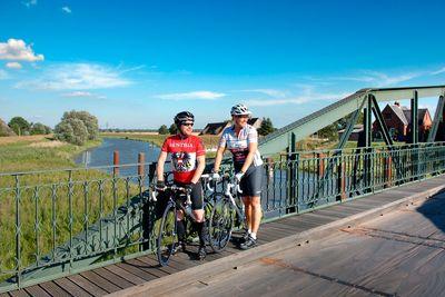 Radfahrer auf der Pinnau-Drehbrücke
