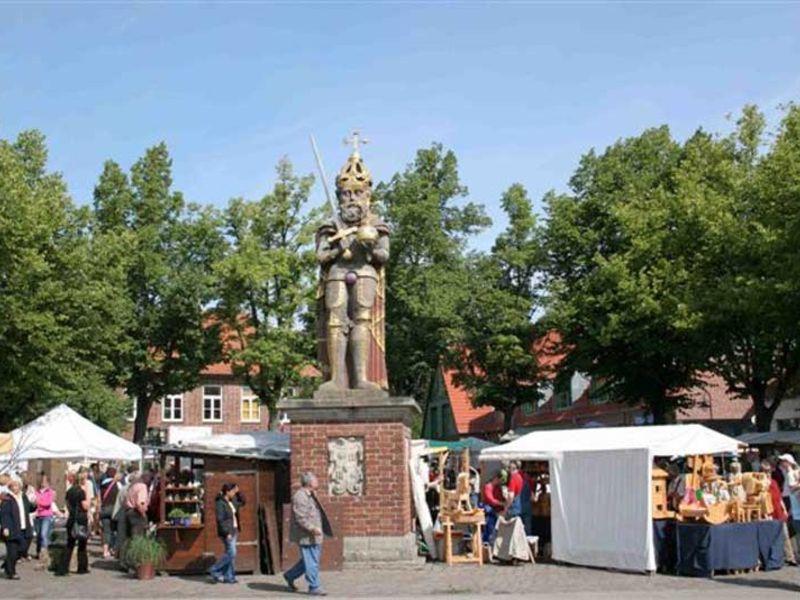 Der Roland steht als Zeichen der Marktgerechtigkeit auf dem Wedeler Marktplatz.