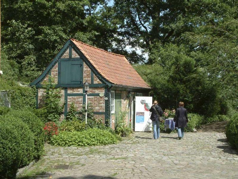 Die historischen Gebäude auf der Schlossinsel im Rantzauer See in Barmstedt sind immer eine Besichtigung wert