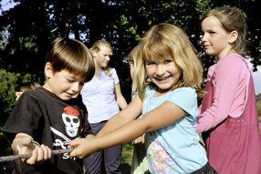 Eine Gruppe spielender Kinder beim einem Hoffest