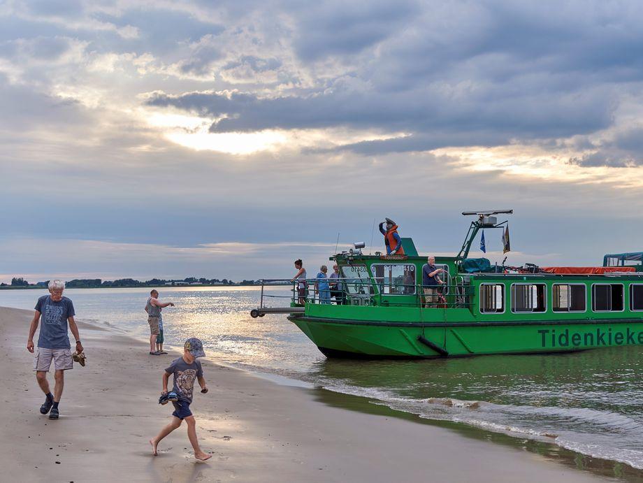Der Tiedenkieker ankert an einer Sandbank in der Elbe