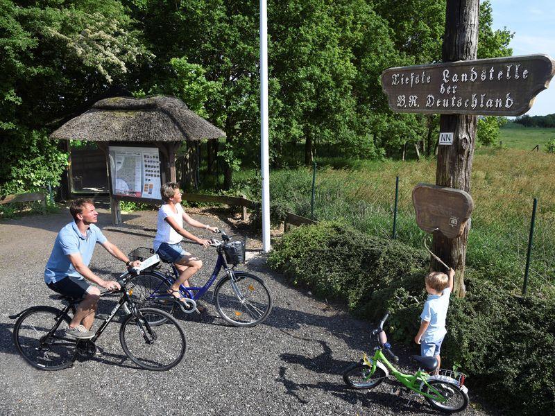 Radfahrer an der tiefsten Landstelle Deutschlands