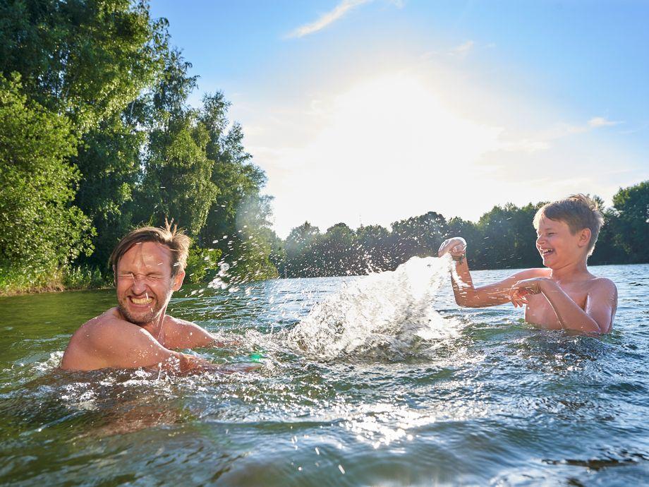 Vater und Sohn baden