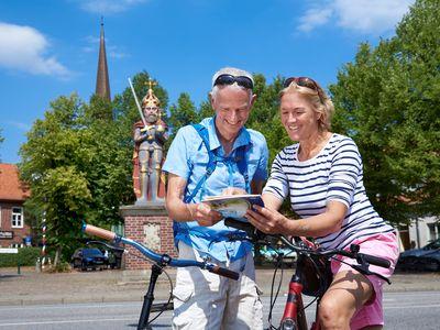 Paar plant Fahrradtour in Wedel