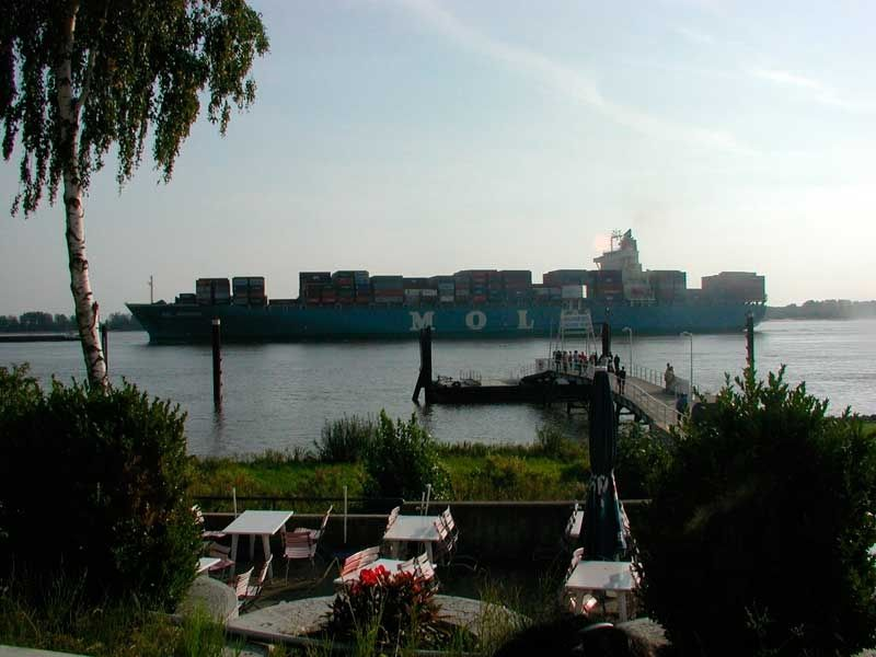 Begrüßen die Ein- und auslaufende Schiffe am Wilkomm-Höft in Wedel.