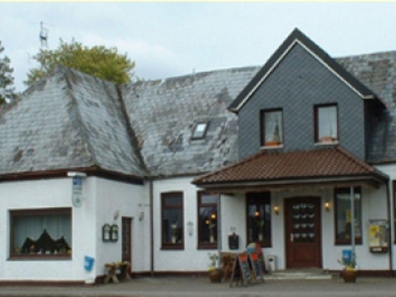 """Ein großes Haus, die Gaststätte """"Zur Erholung"""" mit grauen Dach."""
